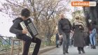Piyano Hayaliyle Sokaklarda Akordeon Çalıyor