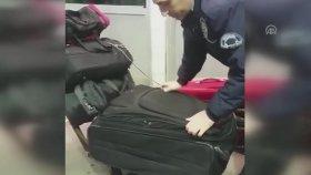 Sarp Sınır Kapısı'nda Valizden Çıkan Kadın