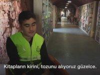 İşçilerin Çöpten Topladığı Kitaplarla Kütüphane Kurmak