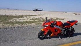 Motosiklet Sürücüsünün Düşük İrtifada Helikopterin Altından Geçmesi