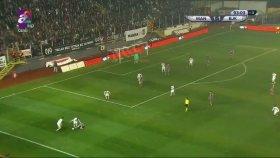 Caner Erkin'in Yerdeki Futbolcuya Tekme Atması