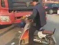 Elektrikli Bisikleti İle Kamyona Kafa Tutan Adam