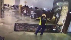 Kuryenin Otel Lobisindeki Balık Göletine Düşmesi