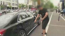 Mercedes Arabasını Demir Sopayla Hurdaya Çevirdi