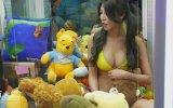 Oyun Makinelerinin İçine Yerleştirilen Bikinili Kızlar  Tayvan