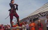 Uygur Türkü Kadından Muhteşem Ok Atışı