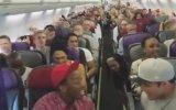Müzikal Oyuncularının Uçakta Toplu Halde Şarkı Söylemesi