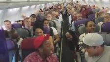 Uçakta Toplu Halde Şarkı Söyleyen Müzikal Oyuncuları
