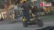Ayağa Kalkarak Motosiklet Sürüp Telefonla Konuştu