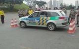 Polis Arabasının Dar Alandan Çıkışı  Brezilya