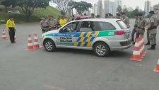 Polis Arabasının Dar Alandan Çıkışı