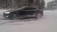Buz Üstünde Tesla İle Drift Yapmak