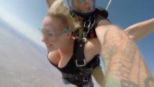Dünya'nın En Seksi Paraşütle Atlama Sahnesi
