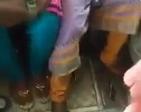 Bacak Arasında Vites Değiştirilen Kadın