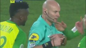 Futbolcuyu Tekmeleyip Kırmızı Kart Gösteren Hakem