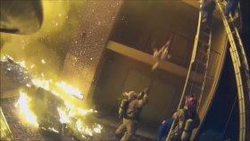 Yangın Merdiveninden Atılan Çocuğu İtfaiyeci Havada Yakaladı