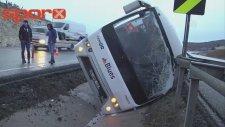 Beşiktaş Taraftarını Taşıyan Otobüs Refüje Devrildi