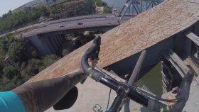 Demir Köprünün Üstünde Bisiklet Sürmek