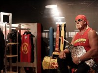 Bal Mumu Heykellerini Görmeye Gelenleri Hulk Hogan'ın Korkutması