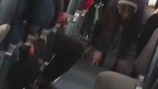 Uçakta Yoga Yapan Genç Kız