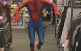 Kötüler ile Dans Ederek Savaşan Örümcek Adam