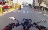 Telefonla Oynayan Sürücüye Atar Yapan Motorcu