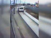 İki Tramvayın Arasında Kalmaktan Kıl Payı Kurtulan Sürücü - Kocaeli