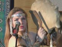 Şaman Kadının Ağız Kopuzu ile Her Bir Sesi Çıkarması