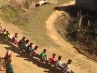 Çocukların Hint Demiryolundan Trenle Geçmesi