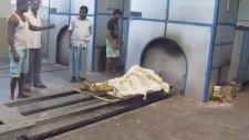 Hindistan'da Ölü Yakma İşlemi