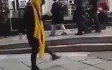İran'da Sokakta Dans Eden Kadın