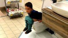 Sakarya'da Mağaza İçerisinde Satışa Sunulan Klozete Tuvaletini Yapan Çocuk