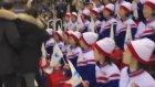 Kim Jon Un'un Benzeriyle Kuzey Koreli Amigo Kızların Karşı Karşıya Gelmesi