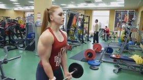 Barbie Lakaplı Rus Kadının Halter Çalışması