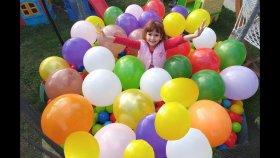 Büyük Trambolin Top Havuzunda Balon Patlatma Challenge