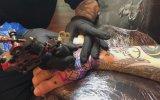 Dövme Yaptırırken Ağzından Kılıç Sokan Deli