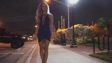 Sokak Lambasına Tırmanıp Barfiks Çeken Kadın