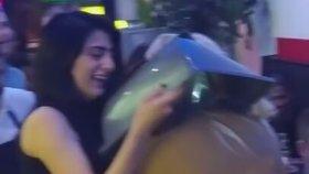 Çöp Kutusu Kapağını Kafasına Sıkıştıran Sarhoş Kız
