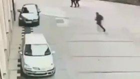 Uçarak Arabaya Kafa Atan Çılgın Adam