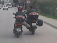 Yakıtı Biten Motosikleti Ayakla İteleyen Motorcu