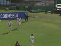 Kovalayanları Korner Direği ile Savuşturan Futbolcu