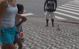 Sokakta Adam Kovalayan Güvercin  Brezilya