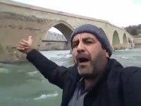 Şelale Gören Adam - Palu Köprüsünde