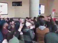 Ankara Havaalanında Zikir Çeken Grup