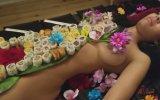 Çıplak Kadın Üstünde Sushi Yemek