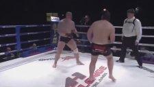 MMA Dövüşçüsü Rakibini Tek Yumrukla Bayılttı