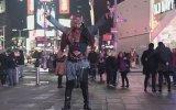 Times Meydanında Zeybek Oynayan Türk