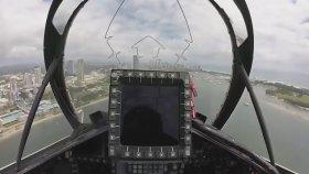 Şehir Merkezinde Jet ile Uçan Çılgın Pilot