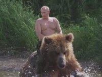 Putin'in Ayıya Binmesi