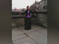 Türk Turistin Videosunu Bölmemek İçin Bekleyen Angela Merkel